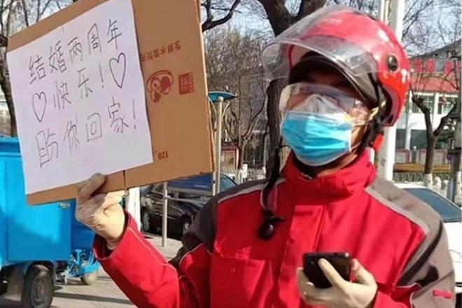 Shipper gửi lời nhắn bằng bìa carton cho vợ đang chống dịch corona-1