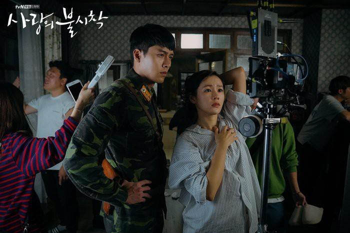 Hé lộ hậu trường tình tứ cặp đôi Hyun Bin - Son Ye Jin trong Hạ cánh nơi anh-1