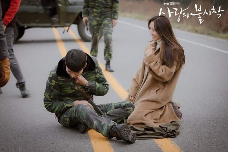 Hé lộ hậu trường tình tứ cặp đôi Hyun Bin - Son Ye Jin trong Hạ cánh nơi anh-7