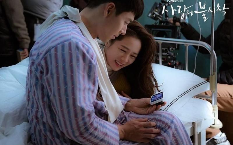 Hé lộ hậu trường tình tứ cặp đôi Hyun Bin - Son Ye Jin trong Hạ cánh nơi anh-11