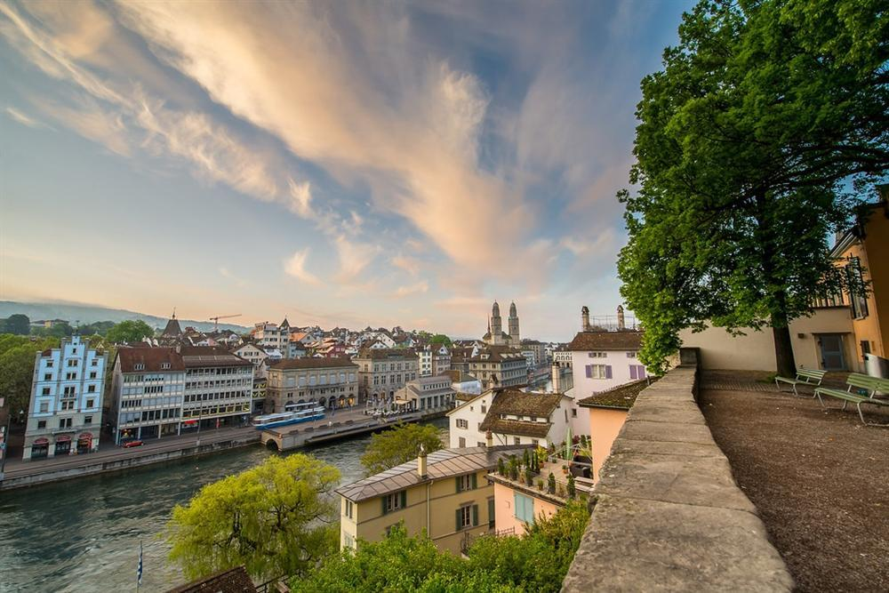 Những cảnh đẹp tại Thuỵ Sĩ xuất hiện trong Hạ cánh nơi anh-1