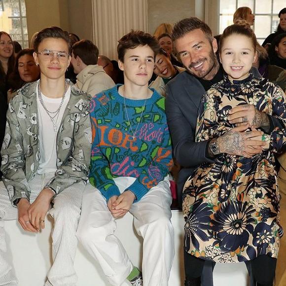 Lên đồ ra dáng người lớn khi tham dự Tuần lễ thời trang London nhưng Harper vẫn là công chúa bé bỏng trong vòng tay bố-2