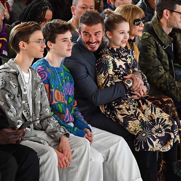 Lên đồ ra dáng người lớn khi tham dự Tuần lễ thời trang London nhưng Harper vẫn là công chúa bé bỏng trong vòng tay bố-3