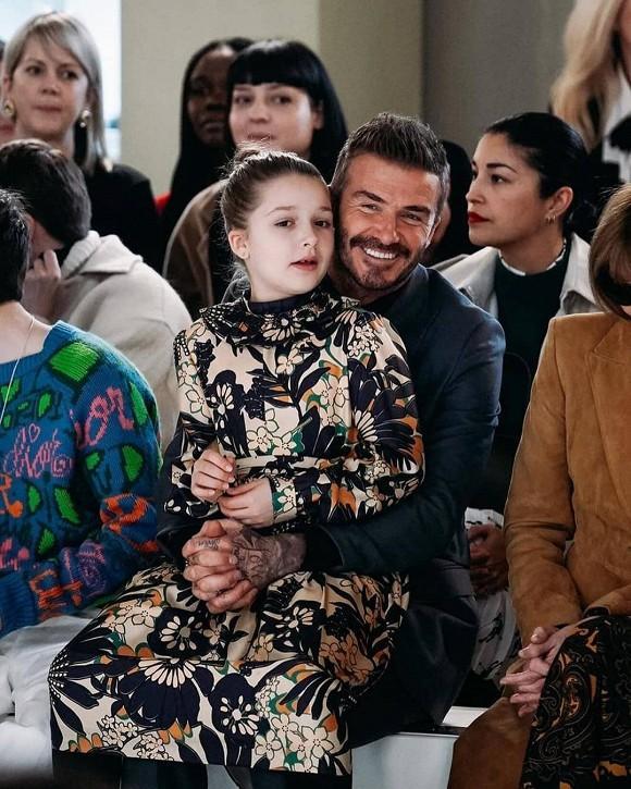 Lên đồ ra dáng người lớn khi tham dự Tuần lễ thời trang London nhưng Harper vẫn là công chúa bé bỏng trong vòng tay bố-4