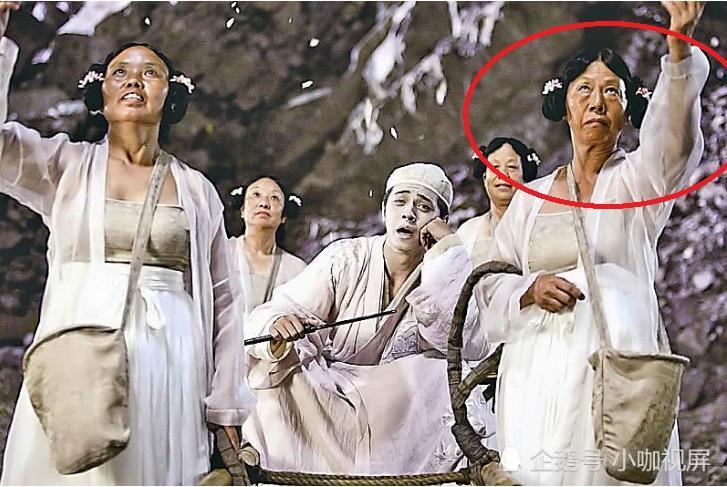 Vai phụ xấu lạ phim Châu Tinh Trì: Cô gái bán hoa răng hô vượt cả vua ăn mày-6