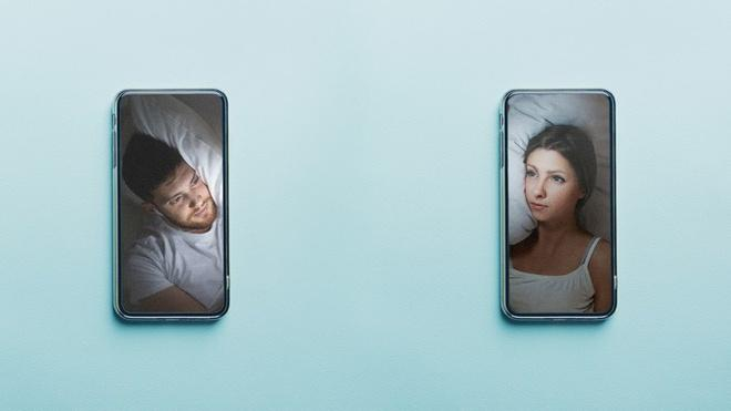 Không thể đụng chạm, đôi yêu xa ngủ cùng nhau qua video call-1