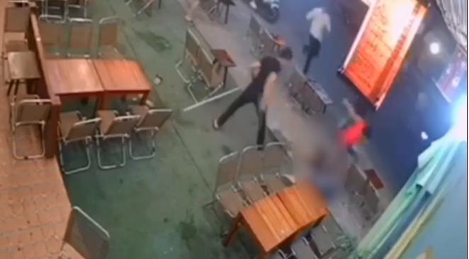 Clip: Kinh hoàng thanh niên bị nhóm đối tượng vác mã tấu chém gục ngay trước quán cafe ở Đà Nẵng-1