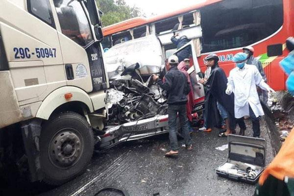 Xe khách, xe đầu kéo đâm nhau liên hoàn, ít nhất 1 người chết, 5 người bị thương-1