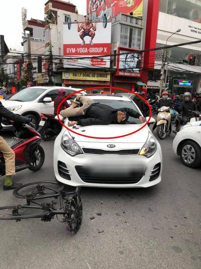 Va chạm giao thông nhưng không hòa giải được, chủ xe đạp leo lên nắp capo ô tô nằm... ăn vạ-2
