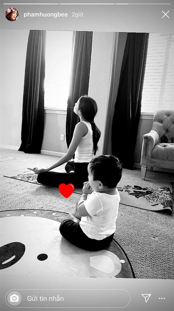 Phạm Hương vừa tập yoga giữ dáng vừa chăm con trai khiến hội chị em thán phục-1
