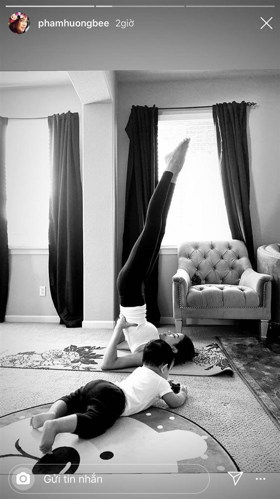Phạm Hương vừa tập yoga giữ dáng vừa chăm con trai khiến hội chị em thán phục-2
