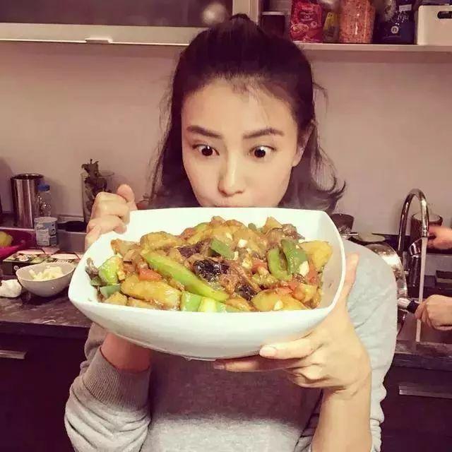 Sao Hoa ngữ trổ tài nấu ăn: Triệu Lệ Dĩnh - Trương Bá Chi siêu đỉnh, Vương Phi khiến ai nấy cạn lời-2