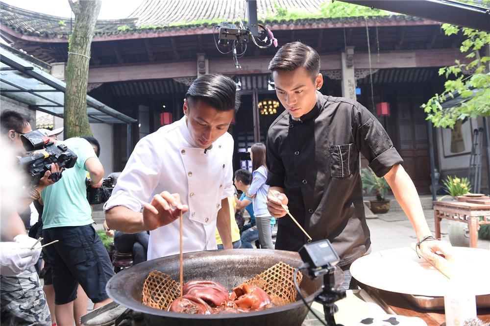 Sao Hoa ngữ trổ tài nấu ăn: Triệu Lệ Dĩnh - Trương Bá Chi siêu đỉnh, Vương Phi khiến ai nấy cạn lời-14