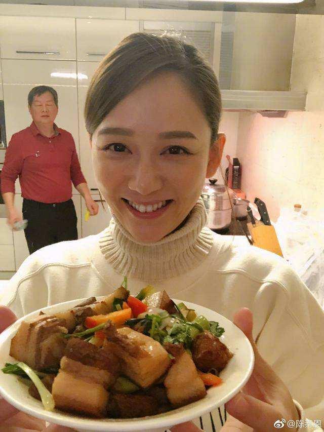 Sao Hoa ngữ trổ tài nấu ăn: Triệu Lệ Dĩnh - Trương Bá Chi siêu đỉnh, Vương Phi khiến ai nấy cạn lời-18