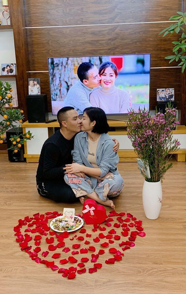 Đón Valentine muộn, MC Hoàng Linh và ông xã chiếm sóng mạng xã hội khi khoe ảnh bên nhau lãng mạn-3