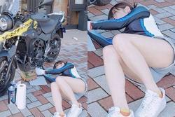 Gái xinh 'đốt mắt' người nhìn với khoảnh khắc mặc quần hớ hênh nằm vạ vật sửa xe trên đường
