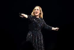 Adele biến đám cưới bạn thân thành sân khấu comeback, cao hứng tiết lộ ra mắt album mới