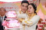 Bên trong đám cưới của cặp đôi được chị gái tặng 49 cây vàng: Tổ chức ở quê, ai nấy choáng váng khi thấy quà tặng