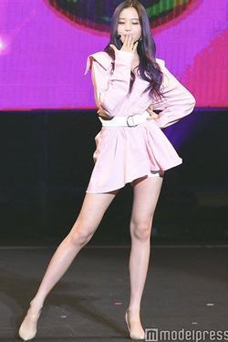 Chiêm ngưỡng đôi chân dài cực phẩm của sao nữ 16 tuổi đình đám xứ Hàn