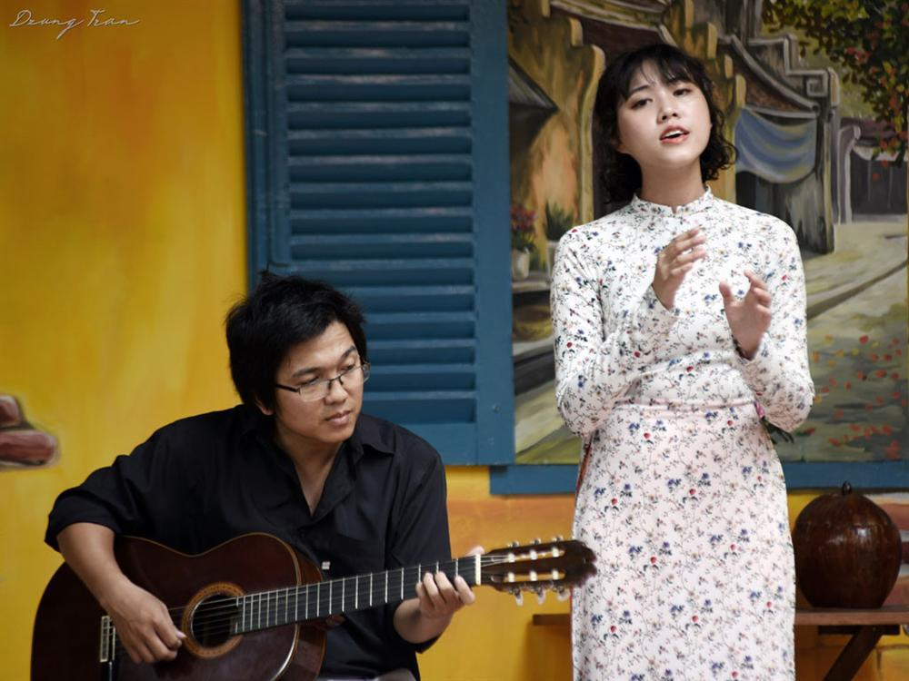 CLIP: Cô gái hát nhạc Trịnh gây sốt mạng xã hội-1