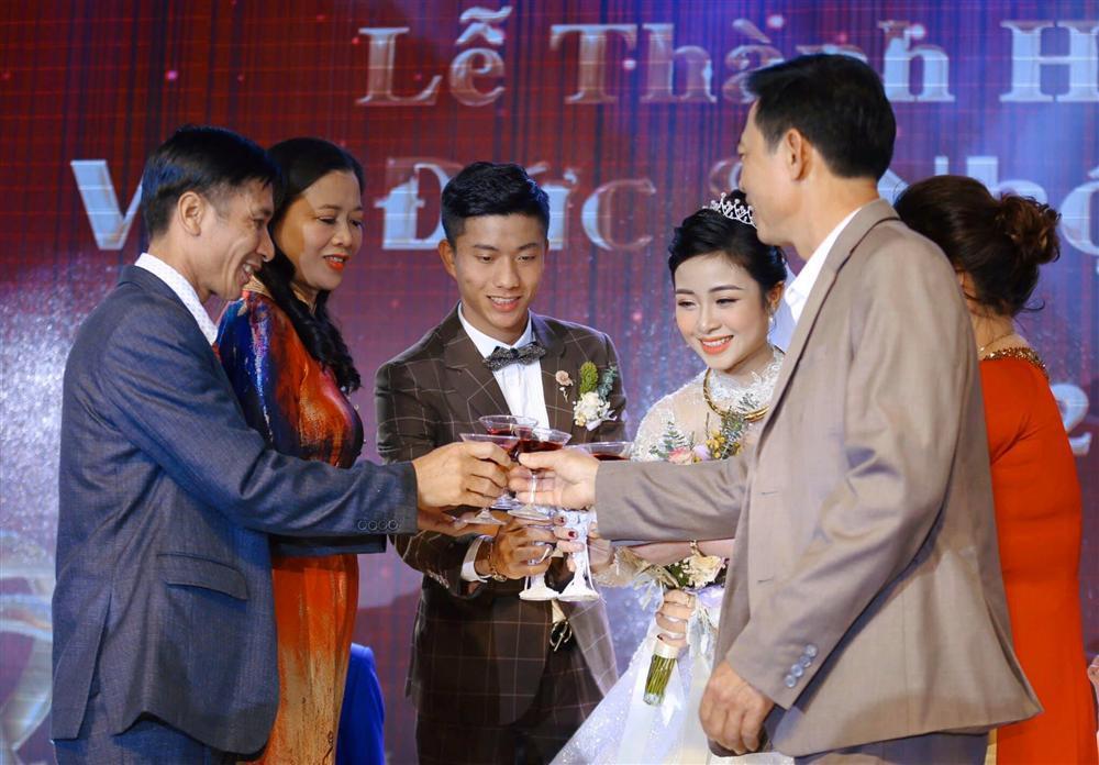Chưa đầy 1 tháng lấy chồng, vợ Phan Văn Đức tiết lộ đang phải ở nhà bố mẹ đẻ khiến ai cũng bất ngờ-3