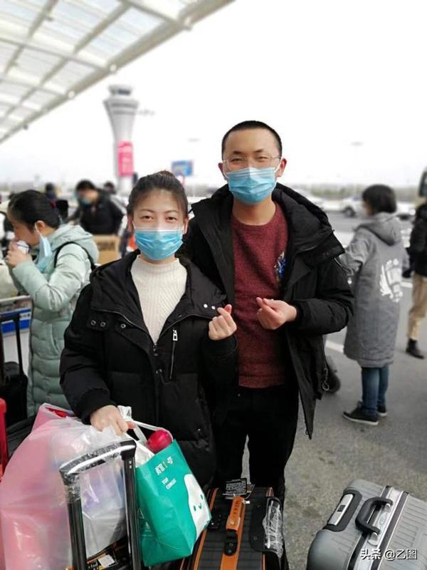 Cặp vợ chồng son gia nhập đội y tế viện trợ Hồ Bắc, mỗi ngày chỉ được nhìn nhau một lần trước bữa cơm-2