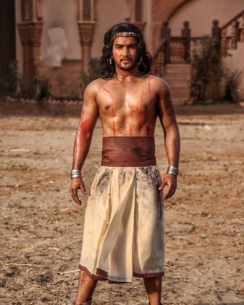 Hoàng tử vũ công của Bollywood chấn thương nghiêm trọng khi ngã ngựa trên phim trường-3