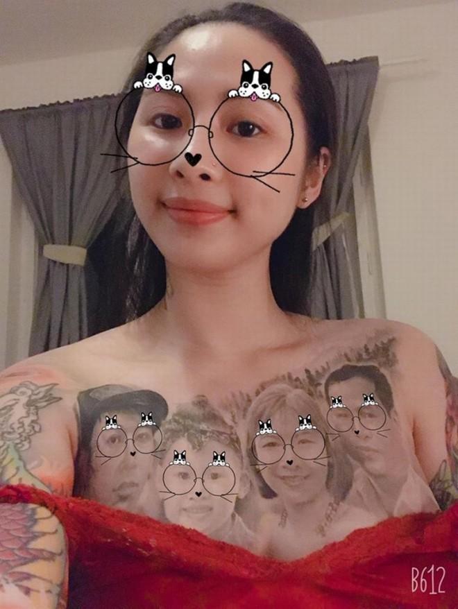 Cô gái có gương mặt Á Đông gây choáng MXH khi xăm hình cả gia đình kín ngực-1