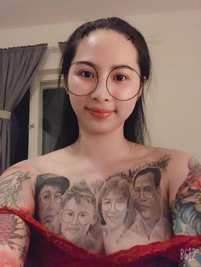Cô gái có gương mặt Á Đông gây choáng MXH khi xăm hình cả gia đình kín ngực-3