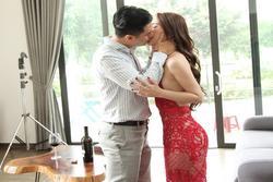 Việt Anh đắc ý vì 'cảnh nóng diễn 4 lần' với Quỳnh Nga 'cá sấu chúa'