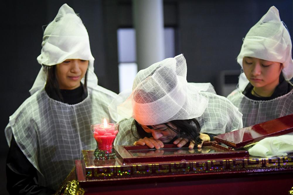 Nước mắt không ngừng rơi trong tang lễ NSƯT Vũ Mạnh Dũng-3