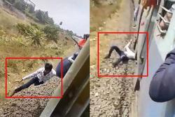 Clip: Kinh hãi thanh niên đu bám theo tàu hỏa đang chạy để rồi bị rơi xuống đường ray...
