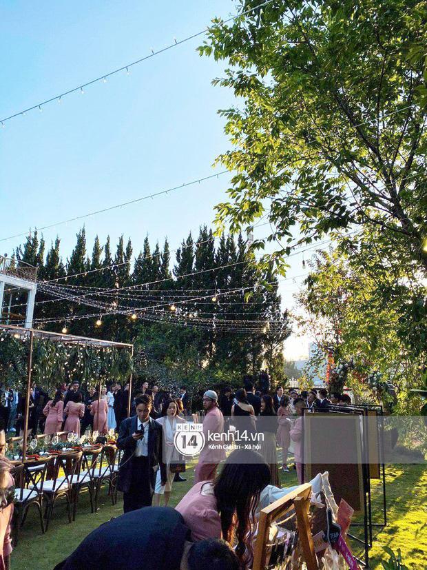 Tiệc cưới Tóc Tiên - Hoàng Touliver: Cô dâu mặc váy cực xinh, chú rể rưng rưng nước mắt-13