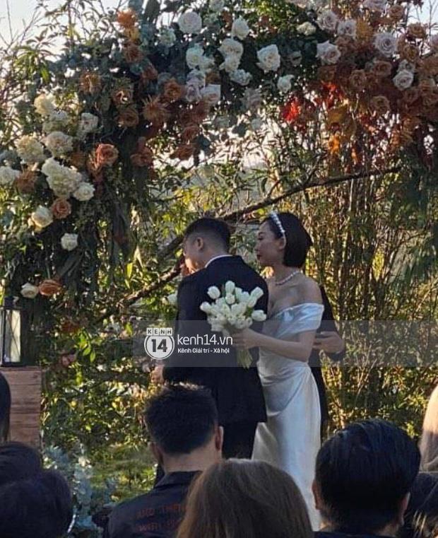 Tiệc cưới Tóc Tiên - Hoàng Touliver: Cô dâu mặc váy cực xinh, chú rể rưng rưng nước mắt-12
