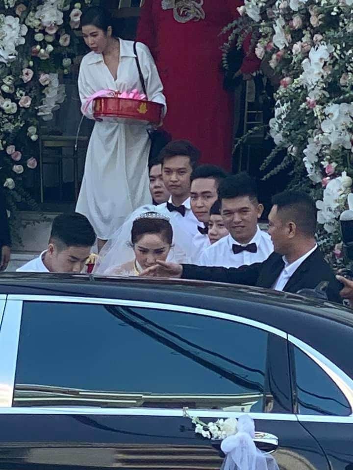 Tóc Tiên - Hoàng Touliver và những hôn lễ bí mật trong showbiz Việt-7