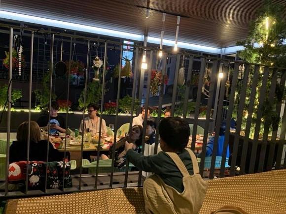 Hoàng Thùy Linh - Gil Lê dính nhau như sam khi đi ăn cùng bạn bè-3