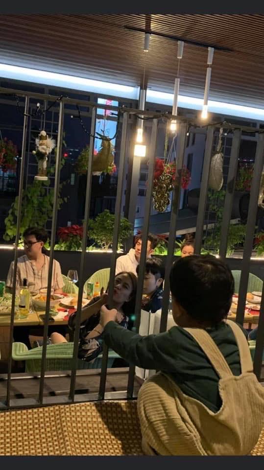 Hoàng Thùy Linh - Gil Lê dính nhau như sam khi đi ăn cùng bạn bè-4
