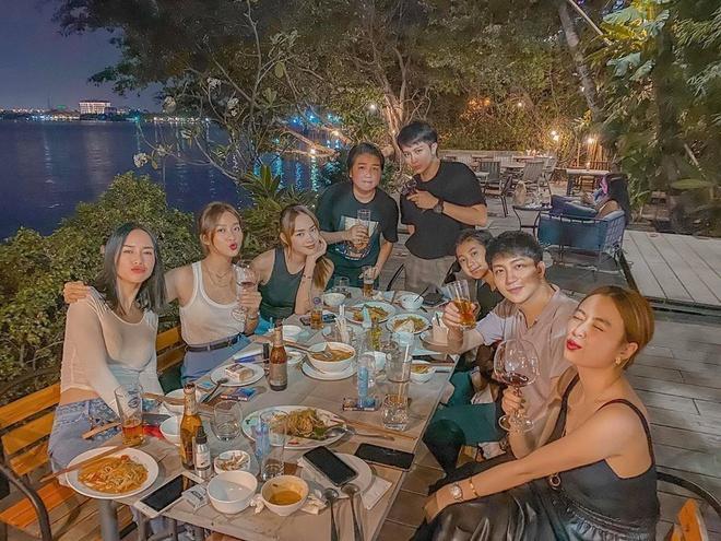 Hoàng Thùy Linh - Gil Lê dính nhau như sam khi đi ăn cùng bạn bè-5