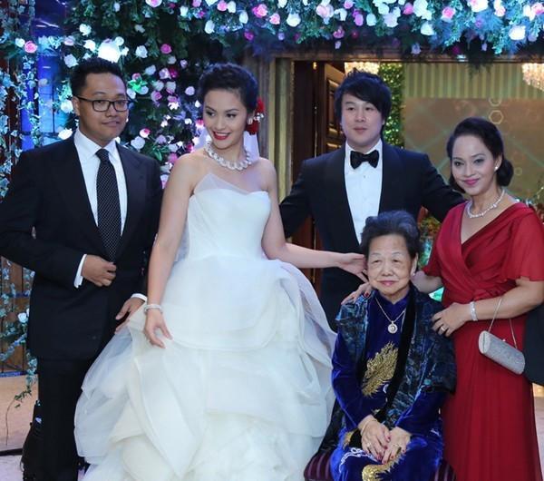 Tóc Tiên - Hoàng Touliver và những hôn lễ bí mật trong showbiz Việt-15