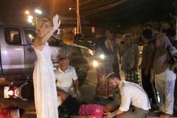 Cô dâu, chú rể dừng xe, giúp người tai nạn trên đường tới hôn lễ