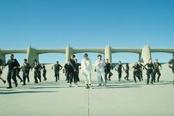 BTS chính thức 'xuất kích' cùng quân đoàn hùng hậu, thể hiện đẳng cấp vũ đạo mãn nhãn xứng danh nhóm nhạc hàng đầu Kpop