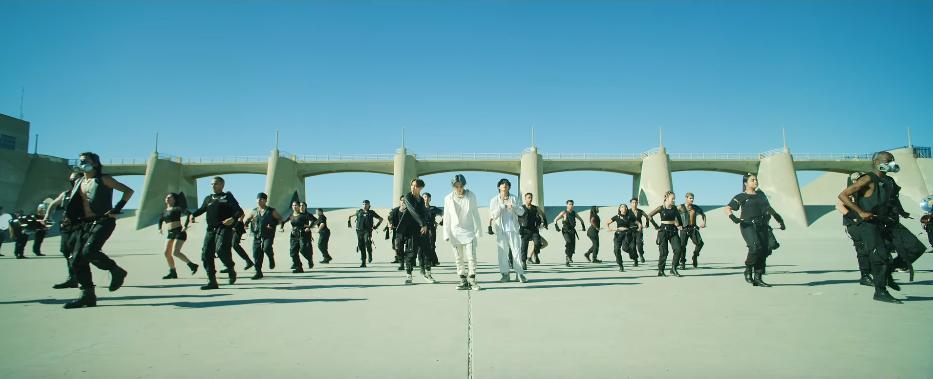 BTS chính thức xuất kích cùng quân đoàn hùng hậu, thể hiện đẳng cấp vũ đạo mãn nhãn xứng danh nhóm nhạc hàng đầu Kpop-2