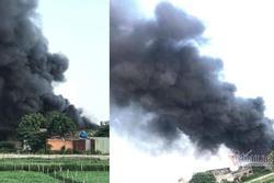 Cháy lớn nhà xưởng, khói đen kín đặc ngoại ô Sài Gòn