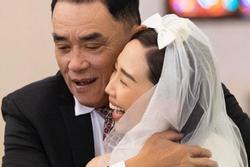 Xúc động khoảnh khắc bố Tóc Tiên âu yếm con gái trong ngày cưới
