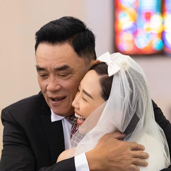 Xúc động khoảnh khắc bố Tóc Tiên âu yếm con gái trong ngày cưới-1