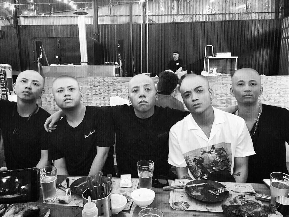 Hết hồn với Hoàng Touliver: Vừa xong đám cưới với Tóc Tiên liền cạo đầu dàn anh em chí cốt-6