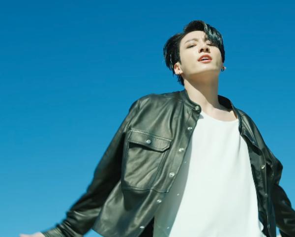 Nhảy sung quá mức, cậu út BTS vô tình lộ điểm nhạy cảm trong MV mới-1