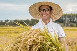 Nhờ gây thù chuốc oán với Triệu Vy và Lâm Tâm Như, soái ca một thời trở thành tỷ phú nông dân