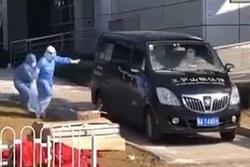Giám đốc bệnh viện ở Vũ Hán qua đời vì COVID-19: Vợ chạy theo xe tang, gào khóc thảm thiết