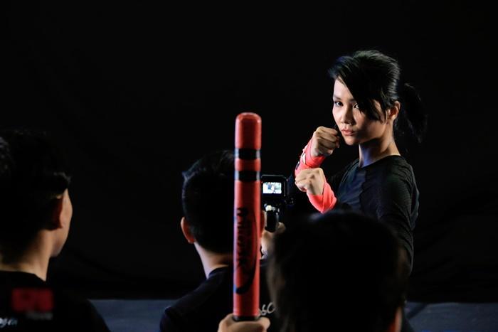 Ngất ngây màn đấu võ 1 chọi 7 của HHen Niê chỉ sau 1 tuần tập luyện-1